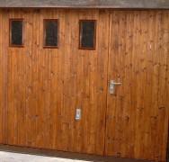 Porte basculante débordante avec portillon